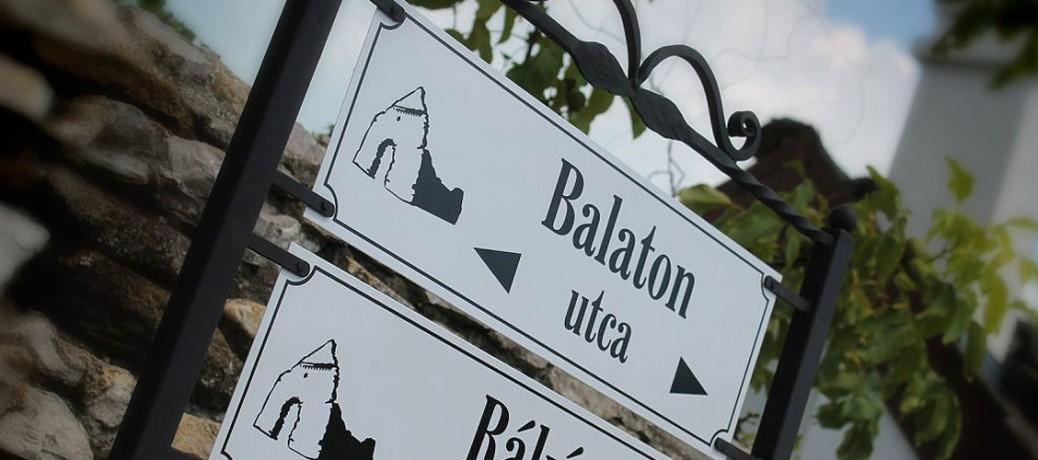 A táblák különlegessé válhatnak egy kovácsoltvas kerettől Aszófőn, a Balaton mellett…