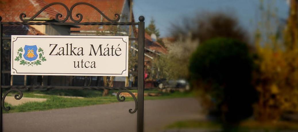 …vagy belesimulhat a táblába, melyet magyar kovács munkája keretez.